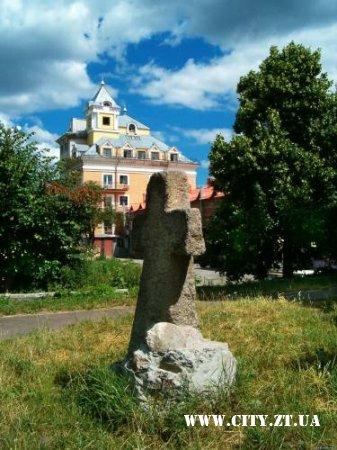Старовинний кам'яний хрест